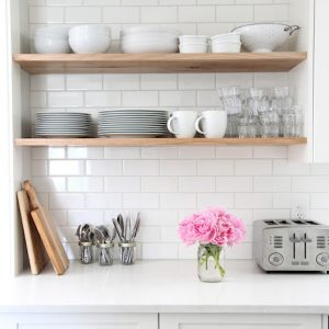 OPEN SHELVES IN THE KITCHEN : PROS AND CONS